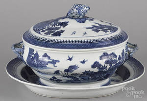 Chinese export porcelain Nanking tureen cover and undertray early 19th c