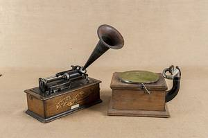 Victor Talking Machine oak phonograph