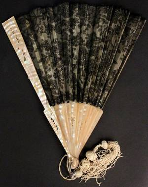 Victorian Mother of Pearl Handled  Lace Fan
