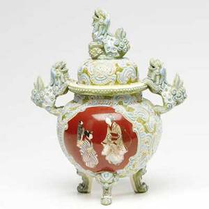 Satsuma covered jar with moriage decoration and lion handles and finial 11 14