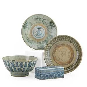 Chinese export pottery four items blue and white paint box blue and white crackleware bowl and two shallow bowls 18th19th c largest 2 14 x 10 34 proceeds benefit the george nakashima foun