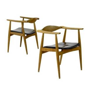 Hans wegner  carl hansen pair of ch35 oak armchairs with black vinyl seats 28 x 22 34 x 18 14