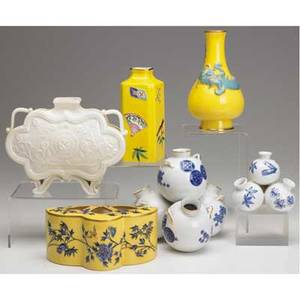 Royal worcester grouping of six of japanese design 19th c two bulb pots three yellow and blue vases blanc de chine vase tallest 6