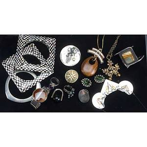 Silver and modernist jewelry nineteen pieces include two necklaces by kalevala koru cerroblanco silver and onyx ring assorted mexican jewelry italian hinged bracelet and earrings with faceted gree