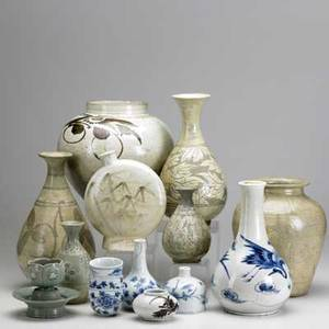 Korean pottery fifteen pieces include large ovoid vase drop shaped vase with heron small squat brown and white decorated vase tallest 11 12