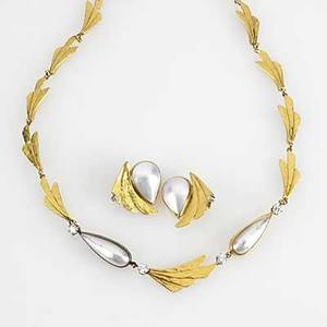 Ross coppelman 22k gold pearl and diamond suite hammered fanshaped links with pearshaped mabe pearls and brilliant cut diamonds 135 cts tw 61 gs 15 12 necklace 1 earrings with clipbacks