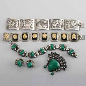 Collection of sterling mexican jewelry six pieces bracelet with onyx 7 bracelet with south western scenes 7 bracelet with matching pin and earrings sterling with green calcite 452 ot