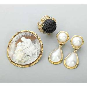 Tailored 14k gold jewelry 20th century mabe pearl and diamond pendant earrings 1 78 fluted onyx cabochon and diamond ring size 6 12 circular shell cameo brooch depicts courting scene 2 28
