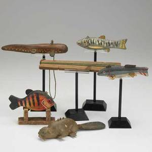 Animal decoys four fish in painted wood with metal fins together with a beaver with articulated tail 20th c longest 9