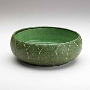 Grueby rare low bowl with leaves matte green glaze boston ma ca 1905 circular pottery stamp 3 x 9 dia