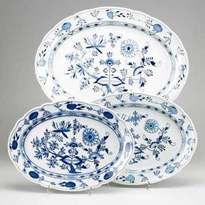 Meissen blue onionthree oval platters 19th20th c crossed swords mark largest 23 14 x 18 18