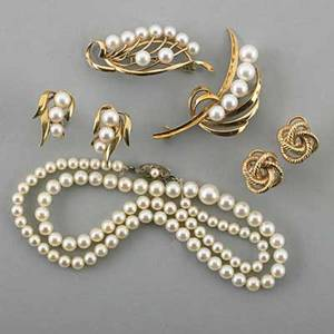 Collection of pearl or gold jewelry seven pieces graduated pearl necklace with silver clasp 18 pearls 48 mm two 14k yg and pearl brooches 2 pair of 14k yg and pearl earrings screw backs f