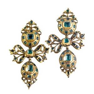 18th century portuguese gold emerald earrings open bows and drops set with step cut emeralds in closed settings lion rampant struck on reverse 1 78 68 dwt similar example found in reference p