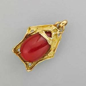 Oxblood coral 18k yellow gold pendant textured pentagonal setting supports a clear deep red coral teardrop 242 x 153 x 115 mm weighing 287 cts 1 34 x 1 98 dwt