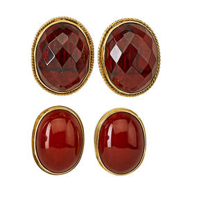 Two pairs bakelite 14k gold ear clips oval faceted cherry bakelite in rope twisted frame 1 14 x 1 butterscotch bakelite oval cabochons in plain gold frame 1 18 x 78 second half 20th c mar