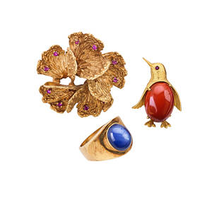 Collection of yellow gold gemset jewelry three pieces synthetic star sapphire 14k gold florentine ring russet hardstone 18k yellow gold penguin brooch with faceted pink sapphire eye marked italy