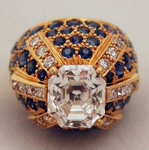 1122 IMPORTANT DIAMOND AND SAPPHIRE DOME RING