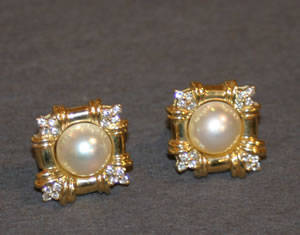 A Pair of Ladys 18 Karat Yellow Gold Diamond and Mabe Pearl Earrings