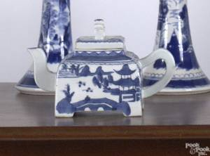Chinese export porcelain teapot in the Canton pattern 19th c